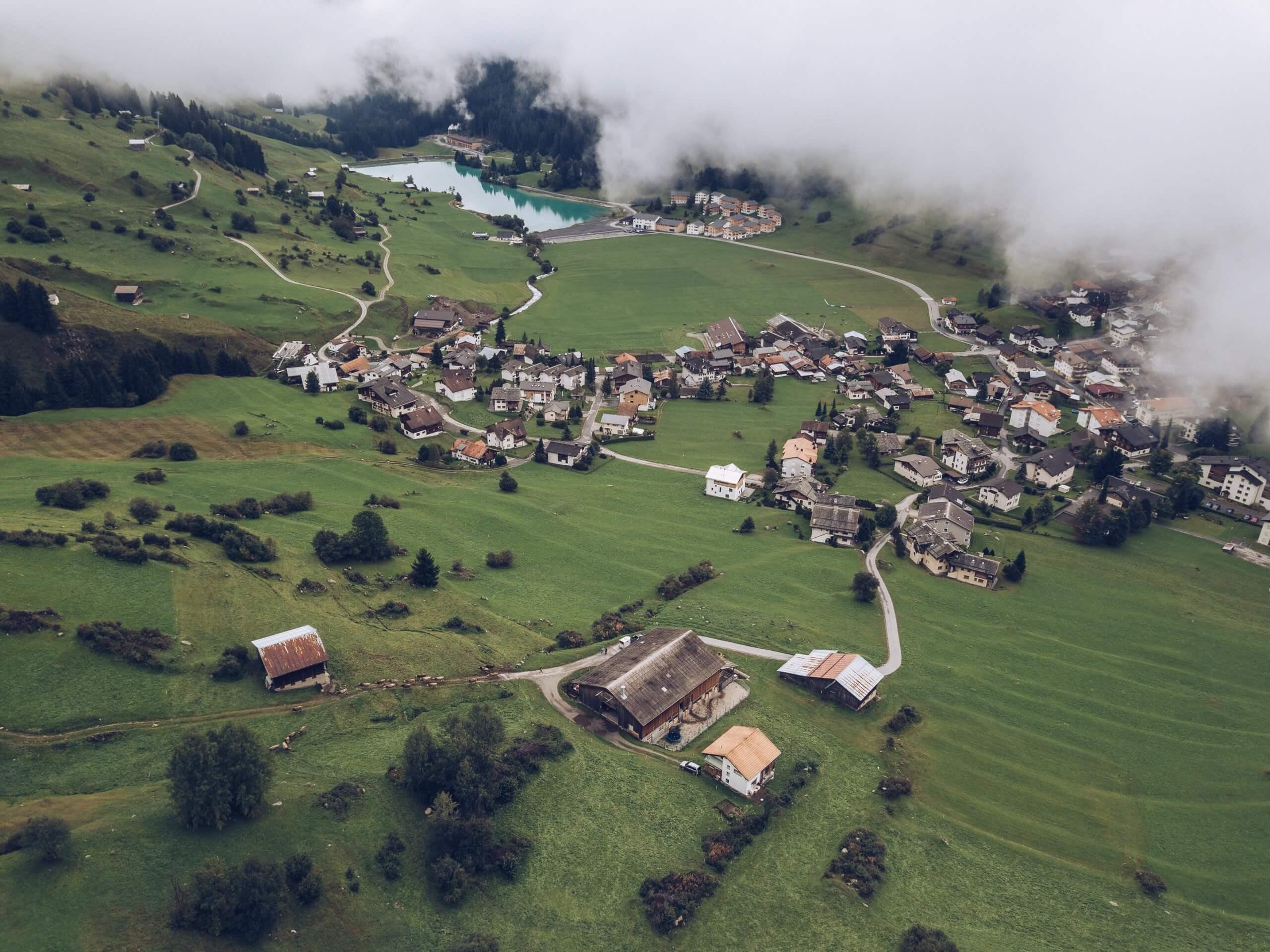 pohľad zhora na dedinu